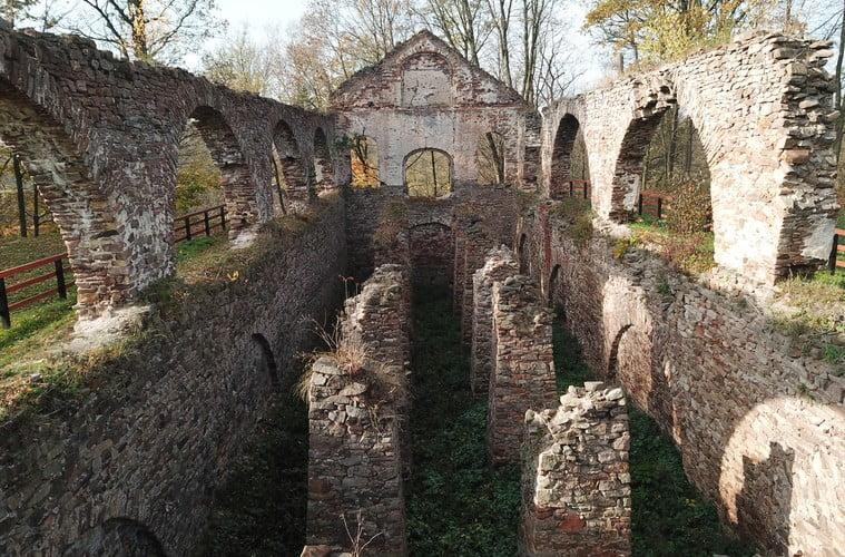 Ruiny zakładu wielkopiecowego w Bobrzy