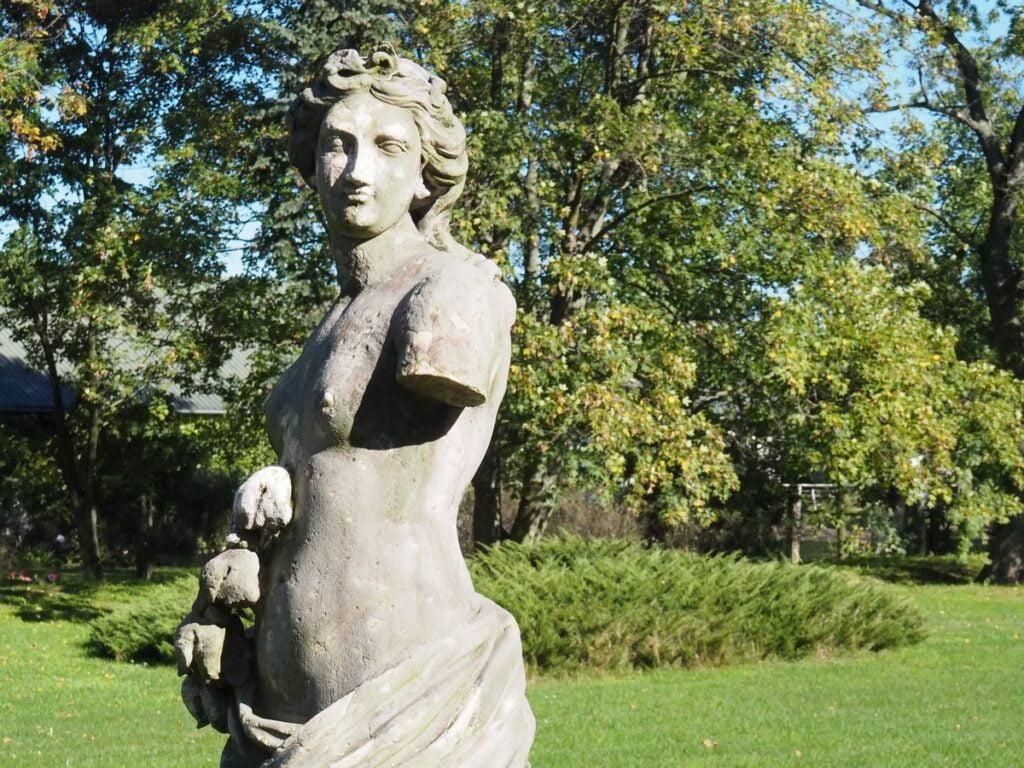 Pałac w Walewicach - rzeźba